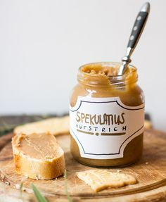 Spekulatius Aufstrich, für 500g: Zutaten für 500g: 300g Spekulatius 20g flüssiger Honig 1½TL Spekulatiusgewürz 1TL Zimt 3 Tropfen Vanille-Aroma 1 Prise Salz 50ml Sahne 120g Butter
