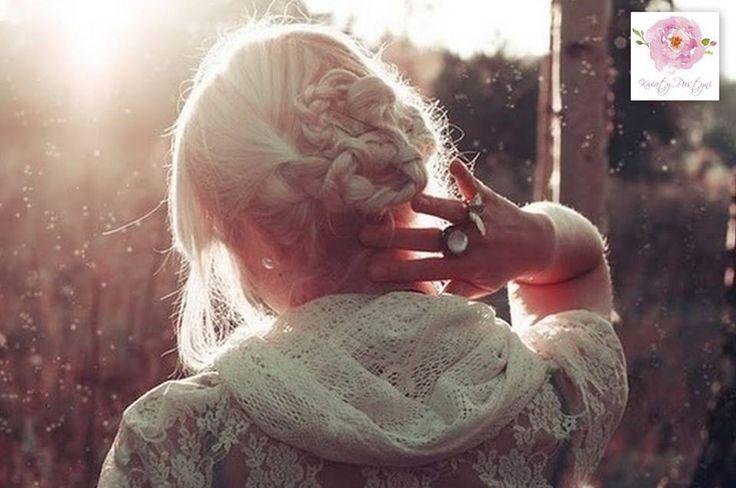 """Zmienimy świat tylko wtedy, gdy pozwolimy się Bogu przemienić. Lecz nie ma przemiany bez śmierci. Gąsienica umiera, by stać się motylem. W kobiecie powinno umrzeć pragnienie wzięcia wszystkiego w swoje ręce, by Boża moc mogła dokonywać w niej i przez nią swoich dzieł.  Jo Croissant, """"Kobieta. Kapłaństwo serca"""""""