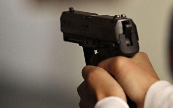 Una niña de cinco años resultó muerta y su padre herido durante un tiroteo registrado en el parque central del municipio de Fantino de la provincia Sánchez Ramírez.     De acuerdo a versiones,