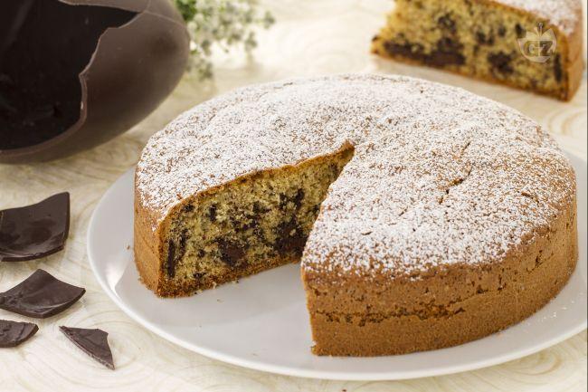 La torta stracciatella è una torta soffice arricchita con pezzetti di cioccolato; la ricetta ideale per riciclare gli avanzi delle uova di Pasqua!