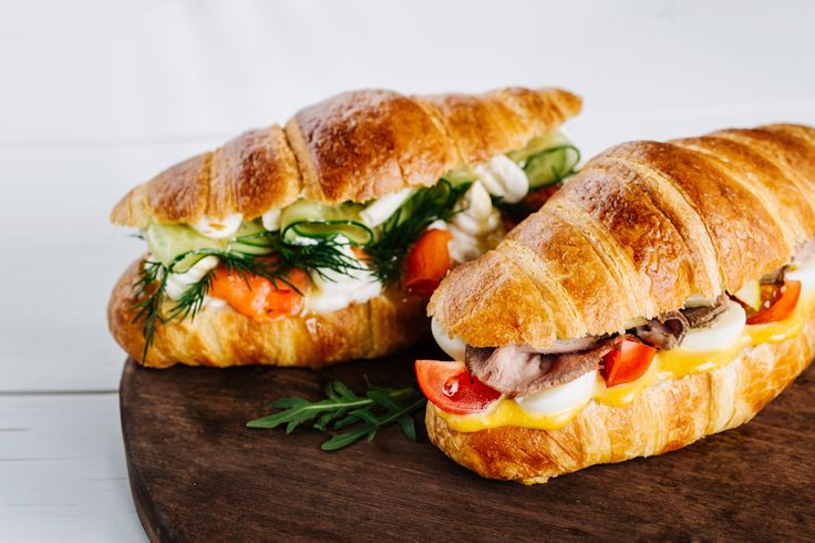 I Cornetti Salati sono la versione aperitivo dei classici Croissant dolci. Perfetti come antipasto, si possono farcire come si preferisce: con affettati, pesce o semplicemente verdure.