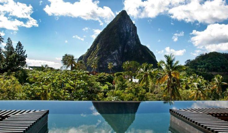 L'hotel Boucan by Hotel Chocolat di Santa Lucia, nei Caraibi, ha una piscina a sfioro che dà sulla foresta, proprio di fronte a uno dei Piton, i picchi montuosi caratteristici dell'isola