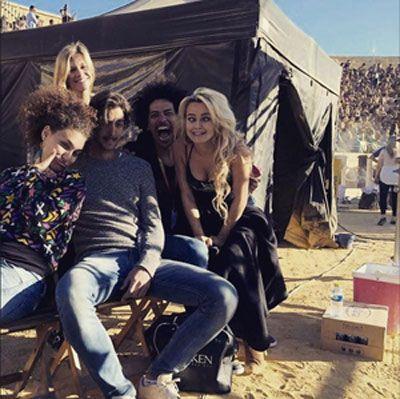 Rosie Mac est une jeune Anglaise de 18 ans. Son métier dans la vie? Khaleesi en interim. Mais parfois, on dirait plutôt Shakira que la mère des dragons de Games Of Throne.