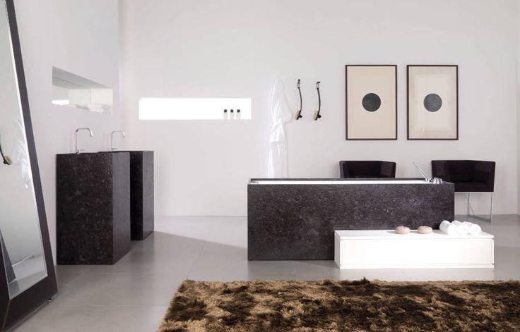 Baño con lavabo y bañera de granito Marrón Cohiba // Master bathroom with bathtube and sinks in Marrón Cohiba marble