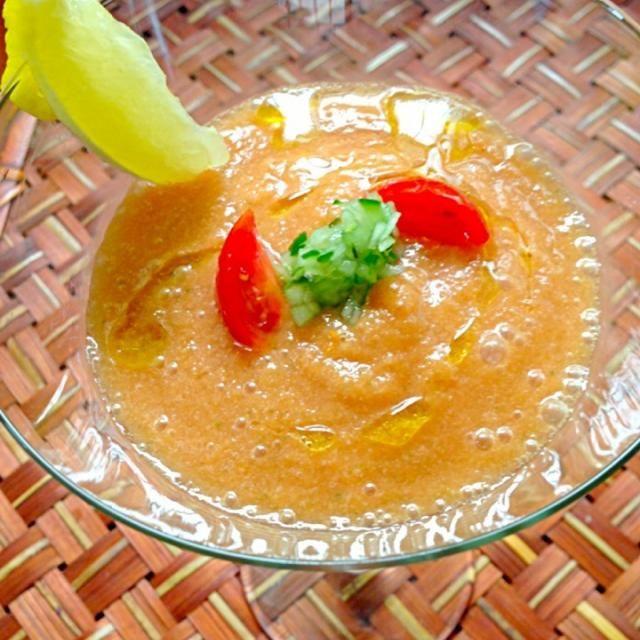 FPで作ったら舌触りが嫌と姫ミキサーで滑らかに、完熟トマトだったけど、色が薄かったのでおりぃさんケチャップと凍らせたトマト缶のジュース部分を加えたら美味しさUP 赤ピーマンがいっぱいあったのでパプリカをオレンジにしたからもあるかな( ›◡ु‹ ) - 41件のもぐもぐ - gazpachoガスパチョ by honeybunnyb