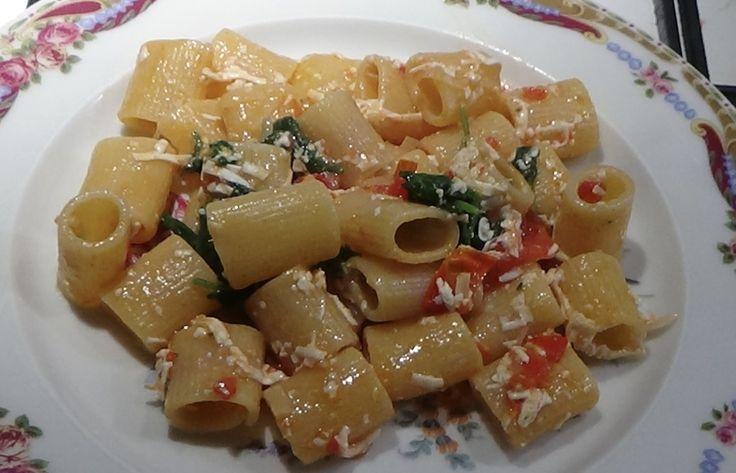 Pasta con pomodori freschi ricotta salata e rucola con video ricetta