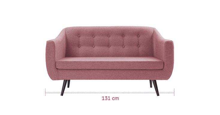 Com pouco espaço na sala de estar, a dica é escolher um sofá compacto, mas com design bonito, que se destaque. Um bom exemplo é o estofado Mimo, disponível na loja virtual Westwing (www.westwing.com.br). Com dois lugares, a peça tem carinha retrô, com pés palito e encosto em capitonê. O modelo, porém, pode compor decorações contemporâneas