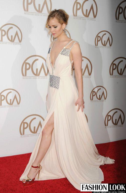 Jennifer Lawrence je najlepšie platená herečka. Otázkou však stále zostáva, či aj jej róby sú hodné tohto ocenenia. Čo hovoríte na kombináciu metalickej zlatej na lodičkách a striebornej na šatách? Nebijú sa tieto dve farby?   #jenniferlawrence #outfit