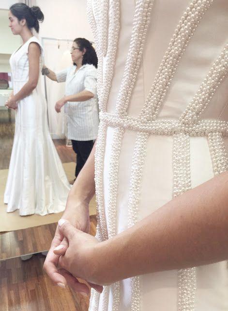 """Nossas noivas: Pérolas - Blog Noivas  Ateliê Esther Bauman Acquastudio  """"A maioria das nossas noivas sempre ficam deslumbradas com nossos bordados, pérolas, rendas e vestidos com modelagem mais clássica/tradicional. Mas como já é a marca da Esther, ela sempre transforma o clássico em algum item menos comum, mas sem perder o ar de elegância e sofisticação dos modelos clássicos""""."""