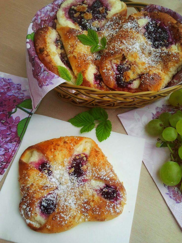 domowa cukierenka: drożdżówki z serem i wiśniami