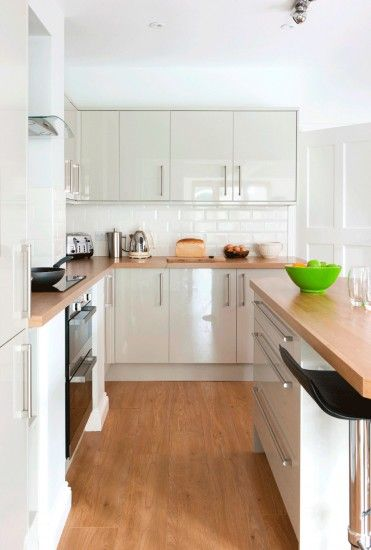 Wood-effect kitchen worktops and flooring