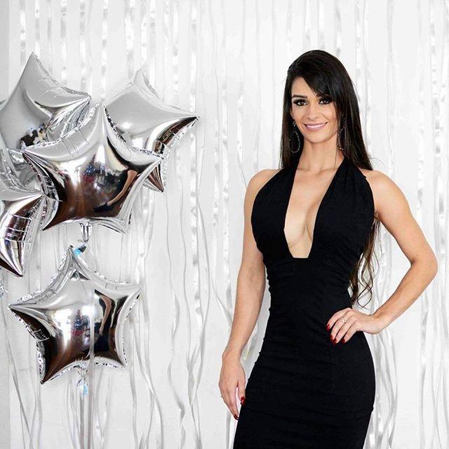Um vestido perfeito para lacrar neste fim de ano! Aposte no modelo com decote profundo que valoriza suas curvas e te deixa ainda mais poderosa! Onde encontrar: Rosa Chiclé (Rua São Paulo, 815 - Loja 303 - Centro) #feirashop #lindadefeirashop #moda #modabh #modamineira #modaparameninas #dica #dicas #look #fimdeano #festas #festa #party #réveillon #anonovo #natal #vestido #dress #trend #tendência #lookdodia #style #estilo #bh