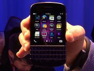 BlackBerry Q10; the keyboard lives CNET's Brian Bennett takes a hands-on look at BlackBerry's new keyboard phone, the Q10.