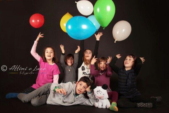 Un simpatico gruppo di bambini. Ritratti a bambini e neonati in studio da Attimi e Luce fotografia. Remanzacco, Udine.