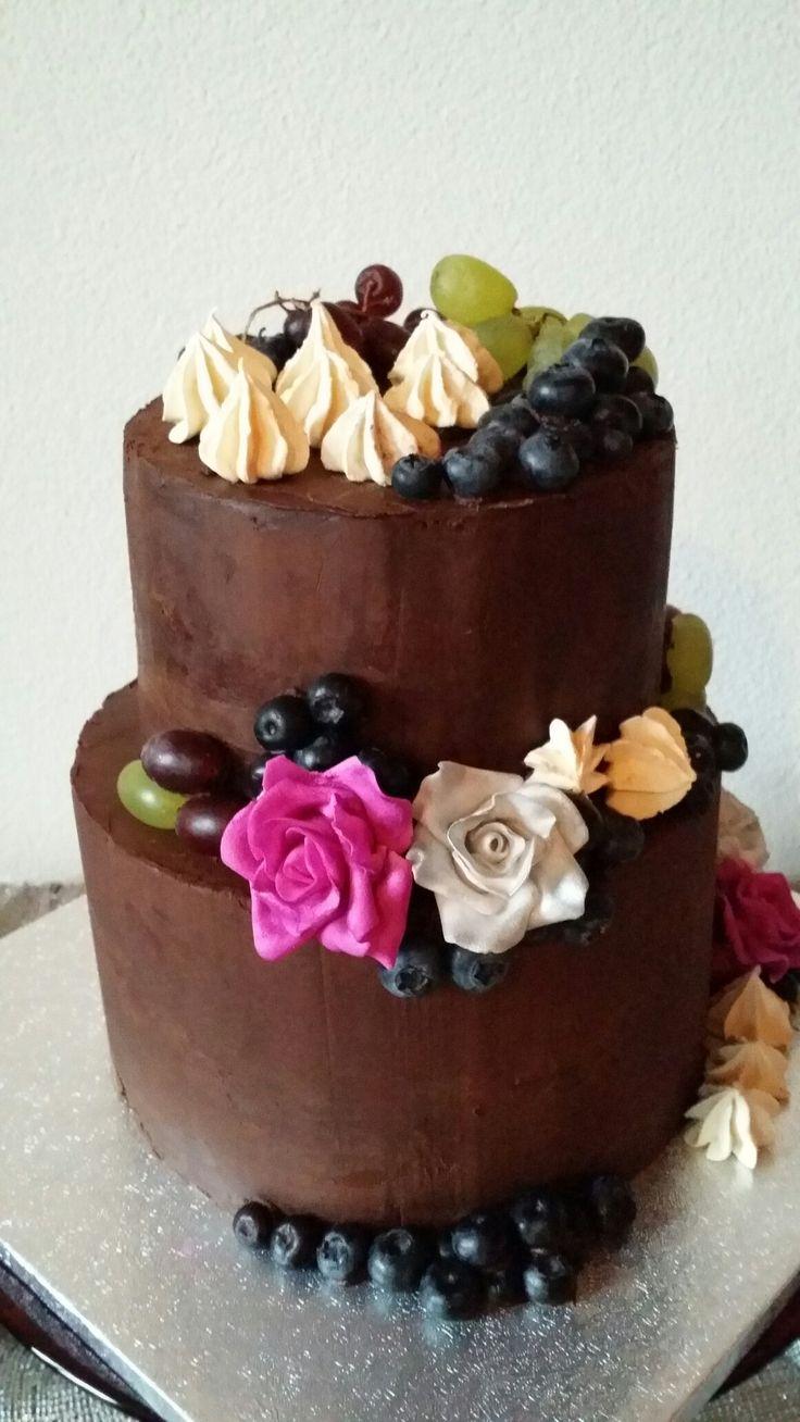 Chique taart! Gemaakt door Zoet (Hetti Wolfs) Vanille biscuit en chocolade taart, gevuld met slagroom en vers fruit. Bekleed met chocolade ganache en gedecoreerd met vers fruit, fondant bloemen en merengues! I💗cake!
