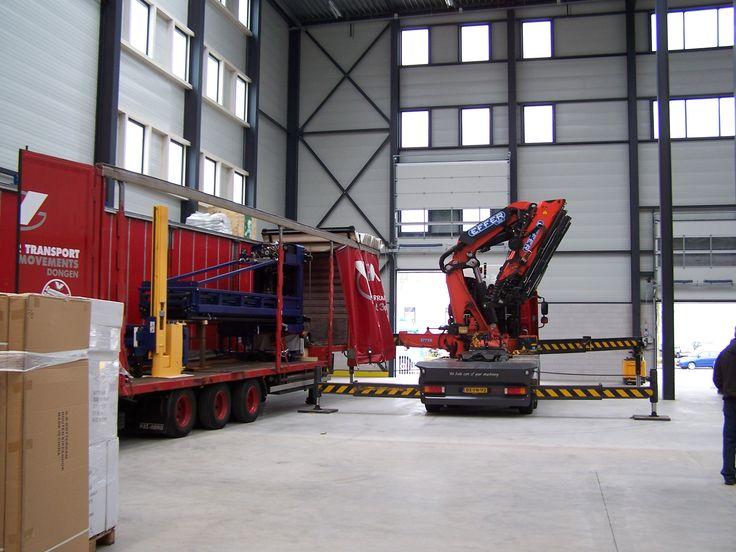 Transport en installatie van een  dambach smalle gangen machine. Hef hoogte 12 Mtr