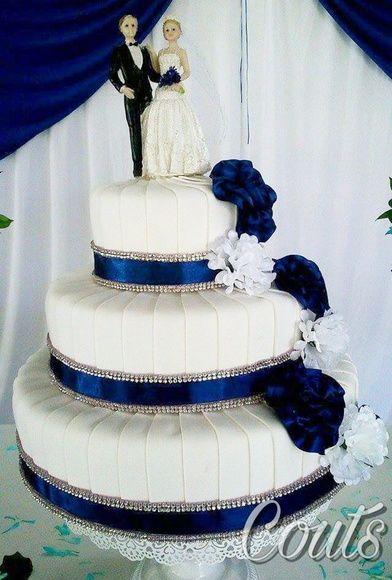 bolo fake revestido em eva com fita de cetim e strass. Fazemos qualquer cor e modelo