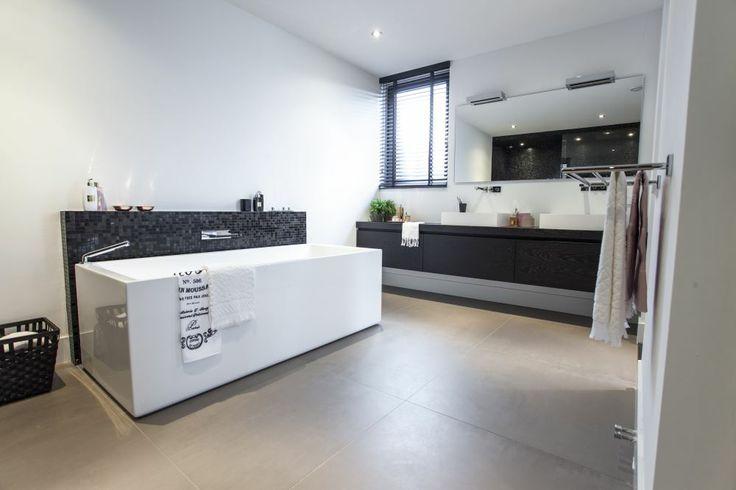 Trendy badkamers kenmerken zich door opvallend kleurgebruik, organische vormen en gewaagde combinaties van oud en nieuw.
