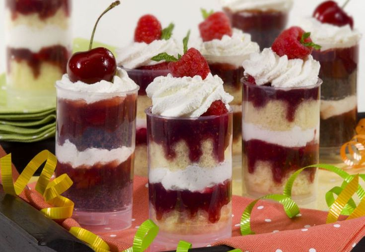 Raspberry and Cream Push Up Pops - No fork? No problem with these sweet raspberry and cream layer cake push up pops! So easy to serve, portable and less mess.