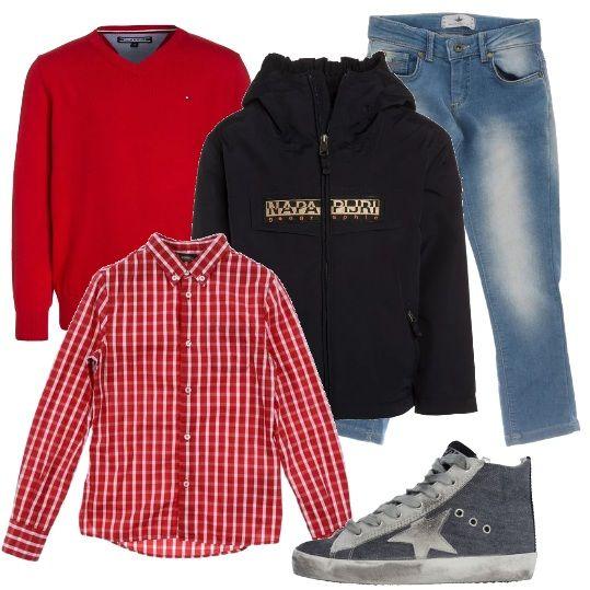 Outfit che imita quello dei ragazzi più grandi: camicia a scacchi rossa e bianca, maglioncino liscio con scollo a V rosso, jeans effetto délavé, giubbotto con cappuccio blu scuro e sneakers in pelle e stoffa.