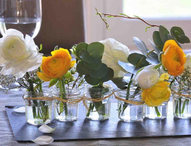 Profitez des fleurs de saison et de leurs nombreuses variations colorées pour créer, à moindre coût, un joli centre de table. Avec de simples petits pots de confiture ou des verrines, c'est si facile...