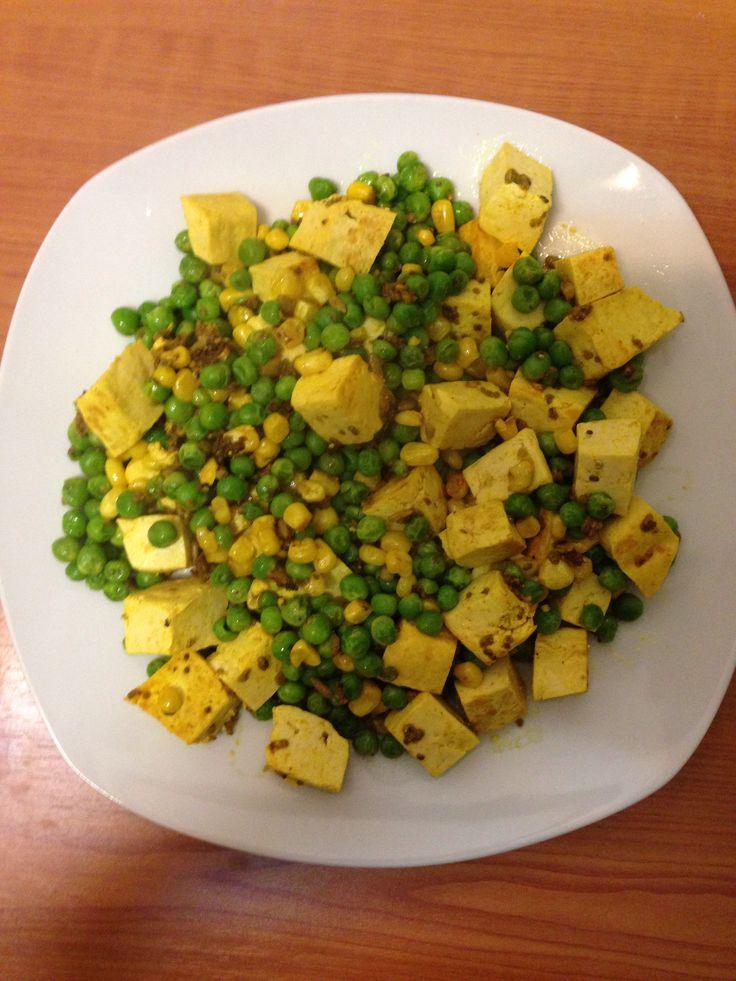 Jantar macrobiótico tofu ervilhas e milho tudo salteado em azeite e com sementes de chia, alfafa, sésamo e girassol :) 8 minutos num wok e voila :) dinner time :)