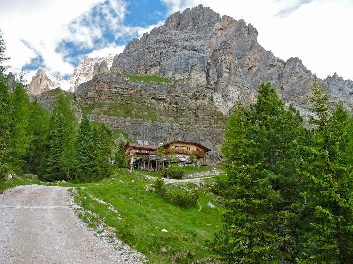 Mamma Aiuta Mamma: Rifugio Dibona, a pochissimo km da Cortina, in Veneto, ai piedi delle Tofane http://mammaaiutamamma2014.blogspot.it/2014/08/dolomiti-rifugio-dibona-vicino-cortina-in-veneto.html
