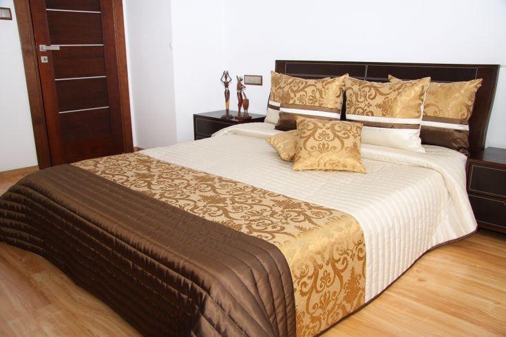 Ecru narzuty eleganckie na łóżko z brązowo złotym pasem
