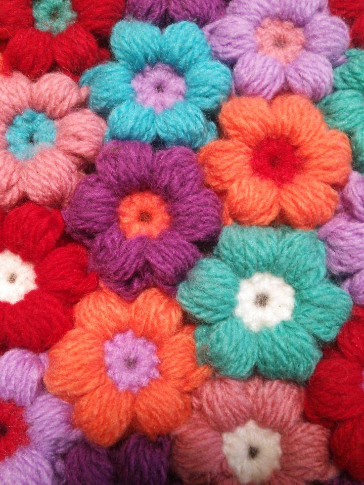 かぎ編みで作るぷっくりモコモコした花のモチーフを作ってみました♪編み方とつなげ方の説明です♪