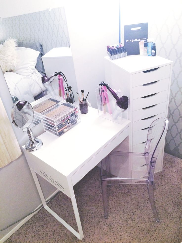 This is the simplest vanity I've seen yet and it's seriously perfect <3