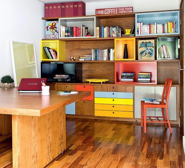Para organizar o home office, compartilhado pelo casal de moradores, o escritório Goa Arquitetos criou uma estante que foge do comum. O móvel tem módulos coloridos. Os diferentes tons de laca identificam os livros, separados por temas