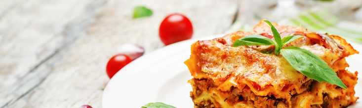 Ob klassisch als Lasagne al forno mit Bolognese und Bechamel Soße gefüllt oder auch mal vegetarisch, vegan oder süß: Lasagne-Rezepte schmecken immer und sind ein tolles Gericht, wenn Sie Gäste erwarten! »