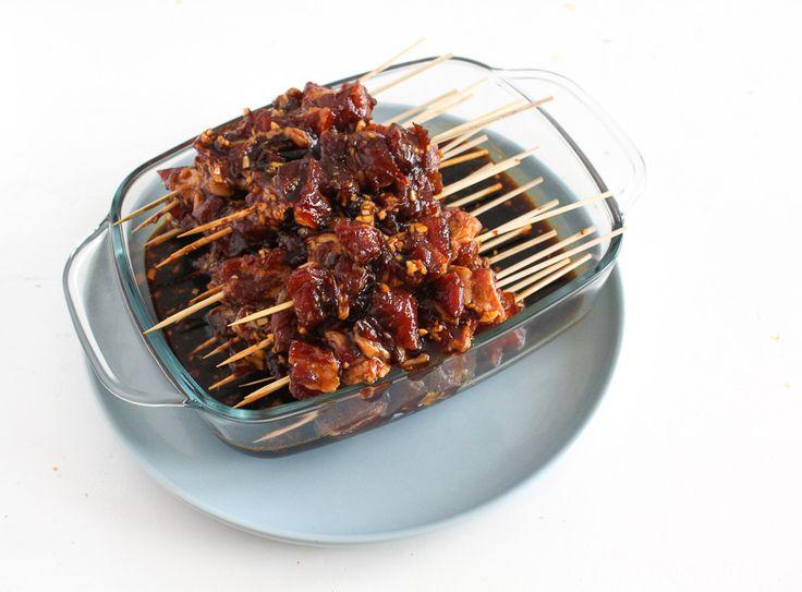 Ben jij ook zo dol op een lekker stokje saté? De allerlekkerste saté maak je zelf met dit makkelijk en lekker saté marinade recept. Deze saté maak je in de oven maar op de bbq kan natuurlijk ook. Laat dat zonnetje maar schijnen! Deze saté maak je op basis van schouderkarbonade (varkensvlees) maar natuurlijk kun …