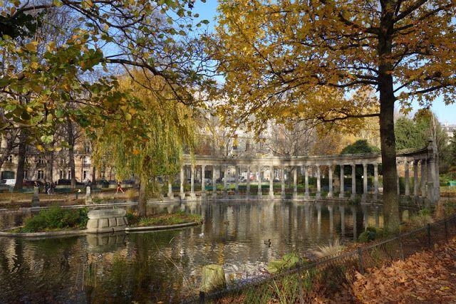 Paris : Parc Monceau, splendeurs et misères de l'un des plus beaux jardins de Paris - VIIIème http://www.parisladouce.com/2015/12/paris-parc-monceau-splendeurs-et.html