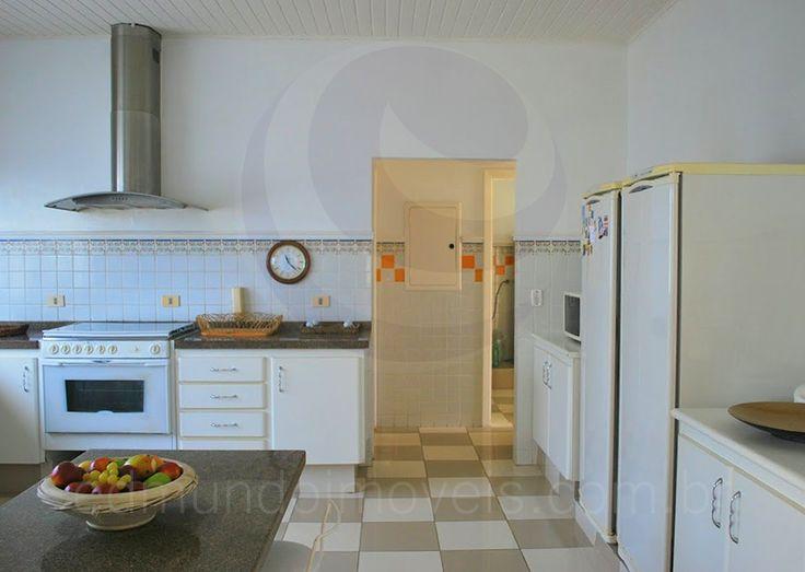 Equipada com bancadas de granito, balcão de copa e despensa, a cozinha tem um visual clássico e possui bom arejamento e iluminação natural graças a uma enorme janela sobre a pia.