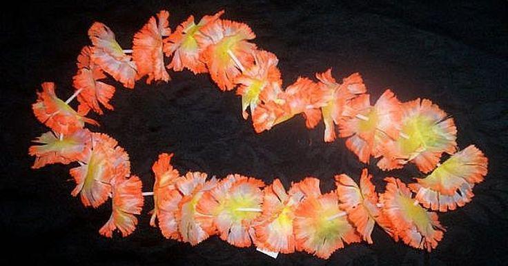 Como Fazer Colares Havaianos. Colares de cadeias de flores tradicionais são colares associados às ilhas havaianas. Esses colares são grandes brindes de festas, enfeites e até mesmo enchimentos para meia-calças. Se você está planejando uma festa havaiana ou um casamento temático, você pode fazer colares simples e acessíveis em casa.
