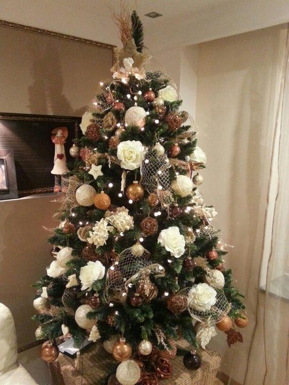 Artificial tree idea - fake christmas tree decorations idea @involvery - All my Fake Tree Ideas on this board:  https://www.pinterest.com/involvery/fake-christmas-tree-ideas-artificial-christmas-tre/