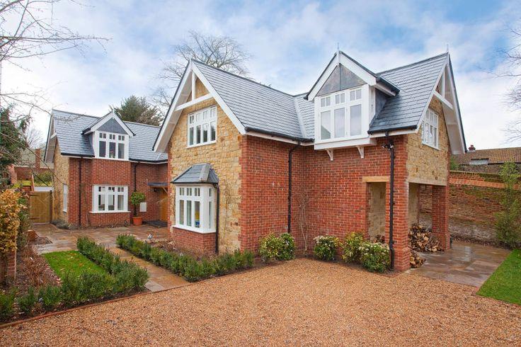 Dom z cegły z zewnątrz wygląda bardzo tradycyjnie, za to w…