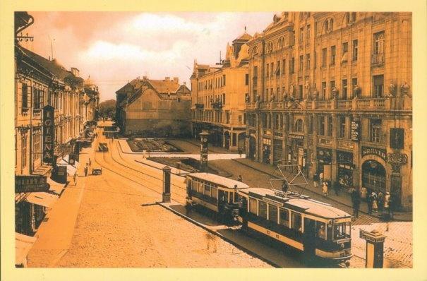 Timisoara - 1936 - Tramvaiul electric oprit în staţia din Piaţa Sfântul Gheorghe. În dreapta imaginii se află Palatul Bănăţean, în care a funcţionat Consulatul Englez