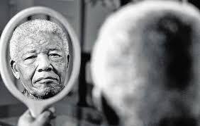 Oggi, 5 dicembre, è l'anniversario della morte di Nelson Mandela. Sono già passati tre anni dal giorno in cui questo grande uomo ha lasciato la vita terrena. La Storia del mondo che si intreccia con la nostra. Noi che tocchiamo il Chi, il Cosa, il Quando e il Dove che aggiungerà capitoli ai libri di storia. E voi dove eravate? Cosa stavate facendo il giorno in cui per il Sudafrica, e per tutto il mondo, il presente è diventato Storia?