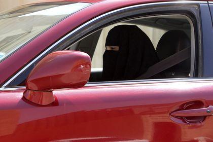 Саудовская Аравия отменила запрет женщинам водить машины       Саудовская Аравия отменила многолетний запрет на вождение автомобилей женщинами. О нововведении было объявлено по государственному телевидению и одновременно на пресс-конференции в Вашингтоне. Оно вступит в силу в июне 2018 года. После мирового падения цен на нефть Саудовская Аравия пытается перестроить экономику.