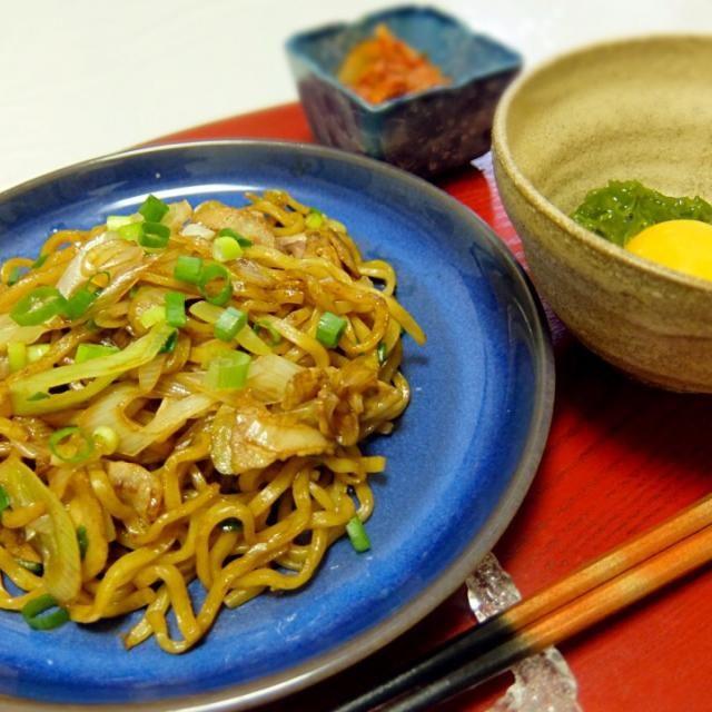 Yakisoba (Japanese Style Cow Mien), Thick Wakame (Mekabu) with Egg, Kimchi 豚バラとネギのソース焼きそば、たまごとめかぶ、キムチ - 27件のもぐもぐ - 2015/03/19 お夕飯ソース焼きそば by kayorina