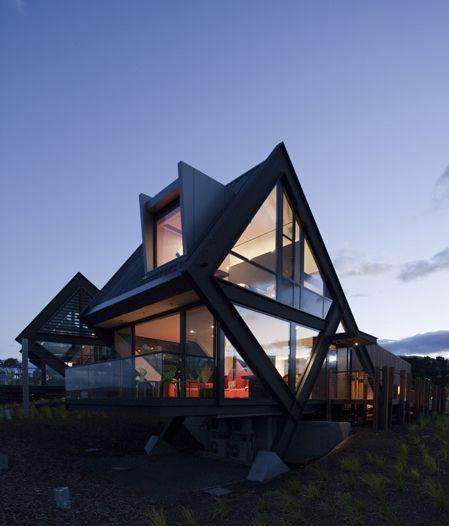 Mona Pavilions bởi Fender Katsalidis Architects Bold, kim cương có hình dạng khung thép neo vào đất bằng lớn, tạo ra lưỡi bê tông.  Gỗ phong mạ hộp để trượt phía sau giữa các kết cấu thép.