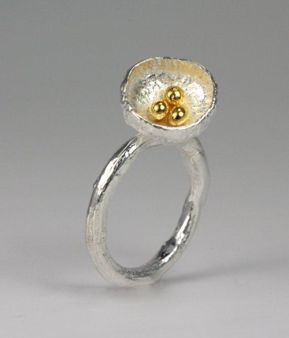 Ring met holle bol en granulles in goud