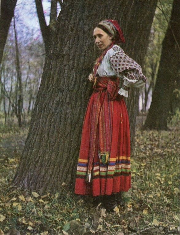 Costume moloduhi County Voronezh, Lipetsk (skirt of red wool fabric with a border of tape, a colorful woven wool belt, shirt with embroidered sleeves and oplech'e. Headpiece type has an embroidered handkerchief hu). Beginning of the XX century. Lipetsk Regional Museum.