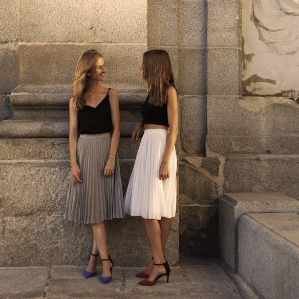 Apuesta por la falda midi plisada y el crop top para un evento afterwork ;)  Bet for a pleated midi skirt and crop top for an afterwork event ;)