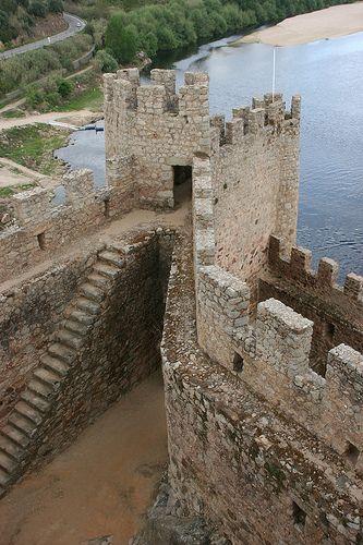 Castelo de Almourol e o Rio Tejo, em Portugal.  Fotografia: Dominique Montestier no Flickr.