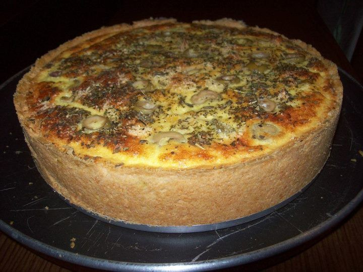 Quiche é aquela torta com massa podre, recheeada e uma cobertura bem cremosa! Essa receita é com frango, palmito e queijo! Deliciosa! Veja também:Como faz