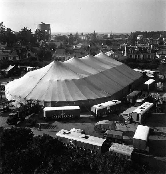 Robert Doisneau  //  Circus  -  Montage du chapiteau Pinder (3) 1949