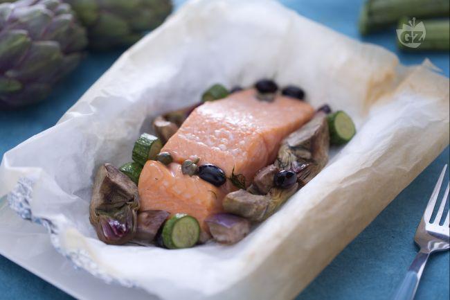 Il salmone al cartoccio con verdurine miste è un secondo piatto di pesce gustoso a base di salmone norvegese cotto al forno e verdure di diverso tipo.
